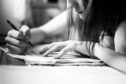 Schreibende Schülerin