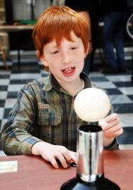 Schüler experimentiert mit Kugel über Luftdüse