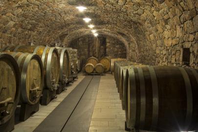 Weinkeller mit Barriquefässern