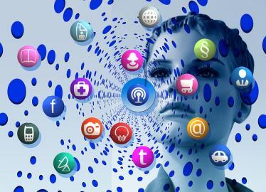 App-Icons vor Computergrafik eines Frauenkopfes