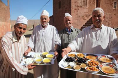 Marokkaner mit landestypischen Speisen