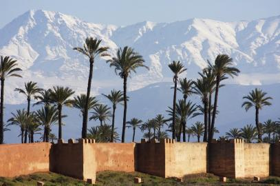 Die Mauern von Marrakesch mit dem Hohen Atlas im Hintergrund