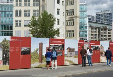 An einige Stellen entlang des Berliner Mauerwegs informieren Tafeln über die Vergangenheit.