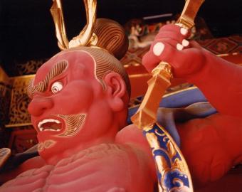 Rote Wächterfigur am Nio-mon, dem äußeren Tor des Taiyuin