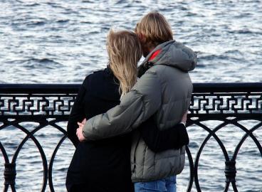 Paar an einer Uferpromenade