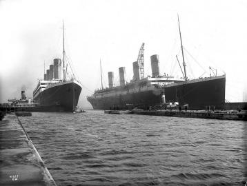 Olympic und Titanic im Thomson Graving Dock in Belfast.