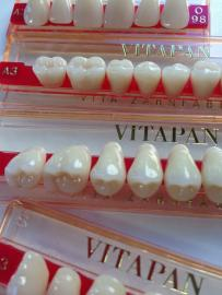 Künstliche Zähne in Verpackung