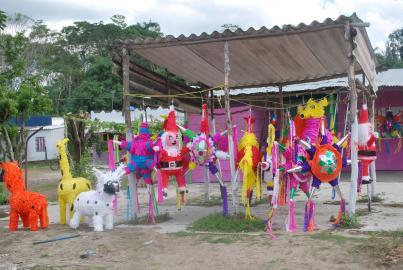 Piñatas in einem am Straßenrand gelegenen Verkaufsstand.