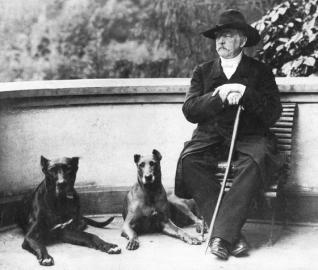 Sitzender Bismarck mit Doggen in Friedrichsruh