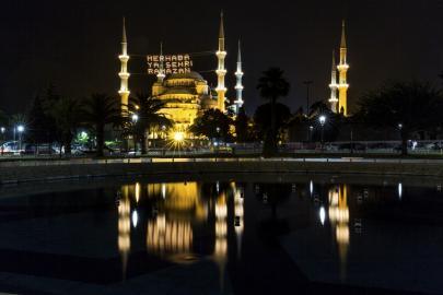 Blaue Moschee in Istanbul mit Mahya-Beleuchtung