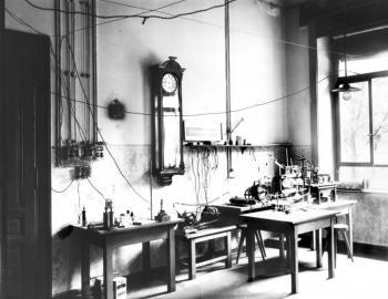 Laboratorium von Wilhelm Conrad Röntgen an der Universität Würzburg im Jahr 1895.