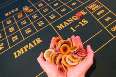 Hände mit Roulette-Chips