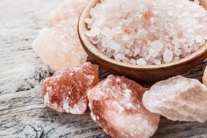 Himalaya-Salz in Form von Granulat und Brocken