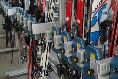 Skier im Laden