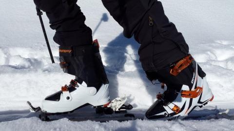 Skistiefel und Skier