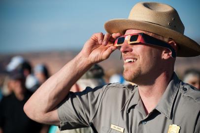 Beobachter einer Sonnenfinsternis mit spezieller SoFi-Brille