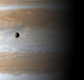 Jupitermond Io vor seinem Planeten