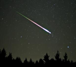 Sternschnuppe am Nachthimmel