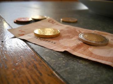 Euro-Schein und Münzen