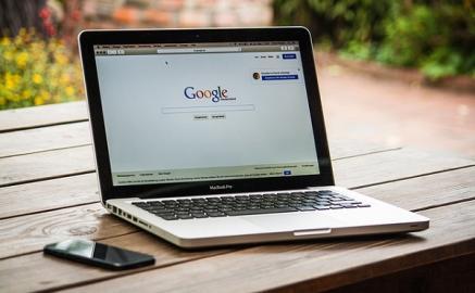 Laptop auf Holztisch