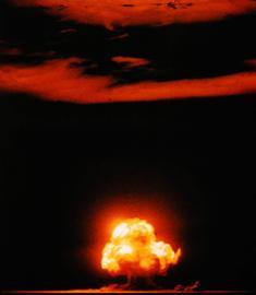 Der Feuerball der ersten Atombomben-Explosion am 16. Juli 1945