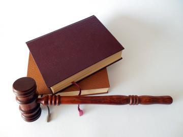 Hammer und Gesetzbücher