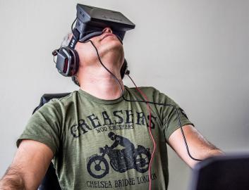 Mann beim Test von Oculus Rift (2013)