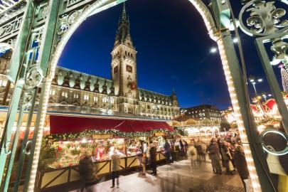 Weihnachtsmarkt auf dem Hamburger Rathausplatz vor der Kulisse des Altes Rathauss