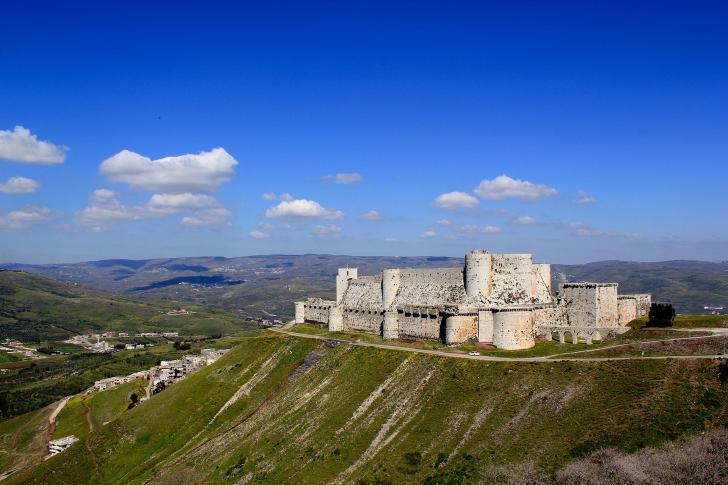 Fernansicht der Kreuzfahrerburg Krak des Chevaliers in Syrien