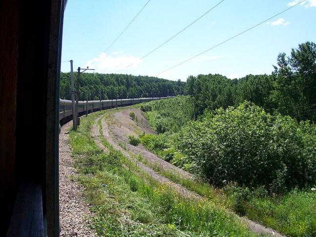 Personenzug auf der Transsib zwischen Omsk und Nowosibirsk
