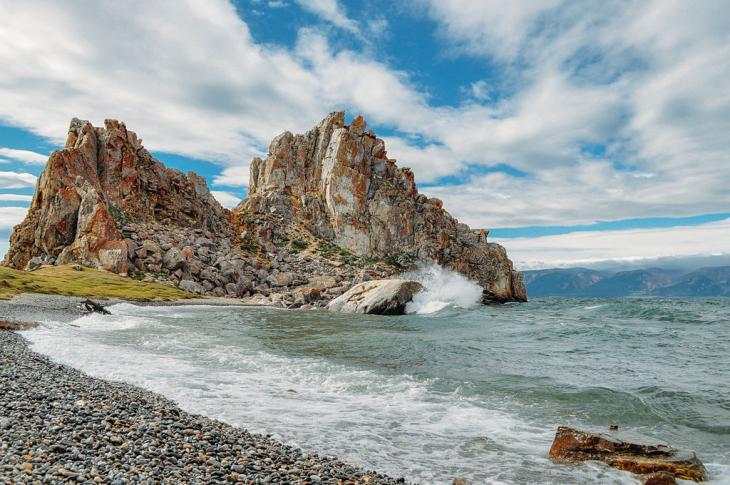 Schamanenfelsen auf der Insel Olchon im Baikalsee