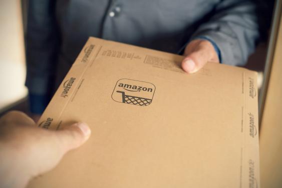 Lieferung eines Amazon-Päckchens