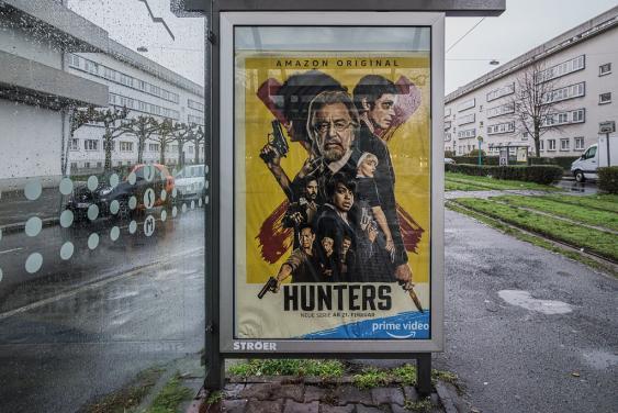 Amazon-Prime-Werbung an der Bushaltestelle Frankfurt, Wittelsbacherallee
