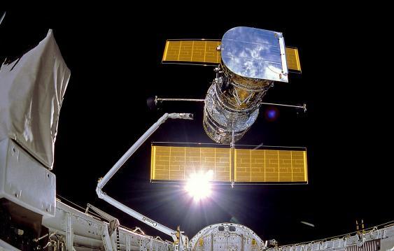 "Weltraumteleskop Hubble beim Verlassen der Ladebucht der Raumfähre ""Discovery"", 25 April 1990"