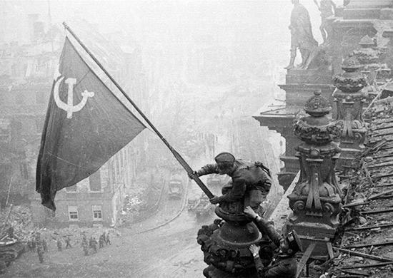 Die Sowjetfahne über dem Reichstag, 2. Mai 1945
