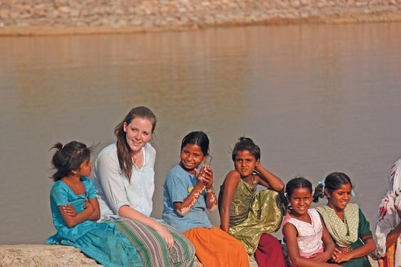 Junge Europäerin mit indischen Kindern