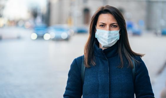 Fraum mit Standard-Schutzmaske