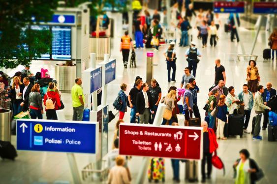 Checkin-Schlange am Flughafen