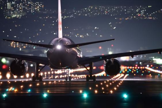 Nächtlicher Flughafenbetrieb