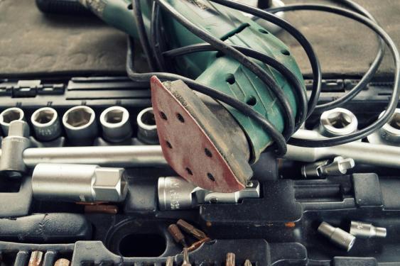 Schleifmaschine mit Werkzeugkasten