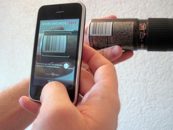 """Smartphone bei Scannen eines Barcodes über die App """"CodeCheck"""""""