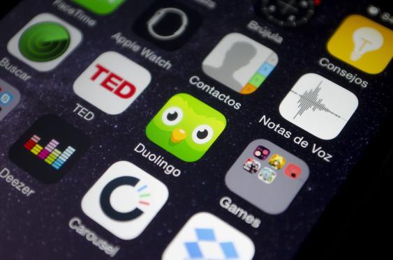 Smartphone-Menü mit Duolingo-Icon