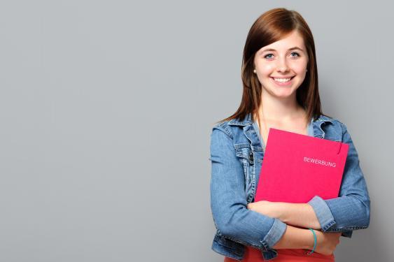 Junge Frau mit Bewerbungsunterlagen