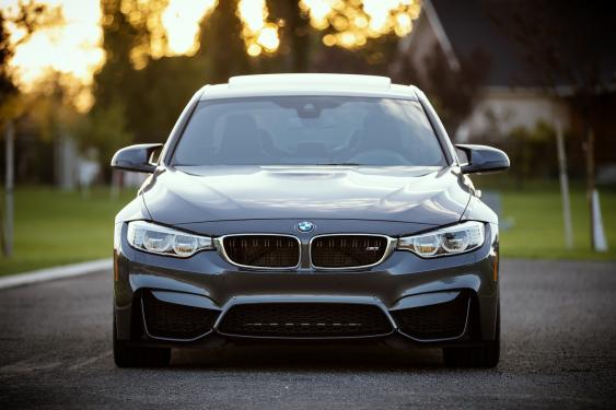 Frontalansicht eines BMWs