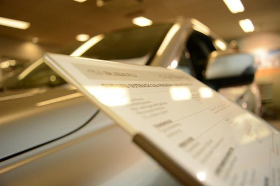 Infoschild in einem Autoladen