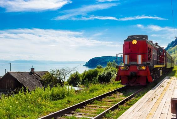 Ankunft einer Lokomotive an einem aufgegebenen Bahnhof der Baikalbahn