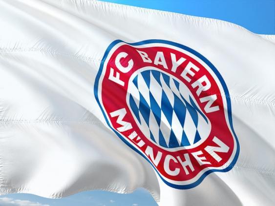 Fahne mit dem Vereinszeichen des FC Bayern München.
