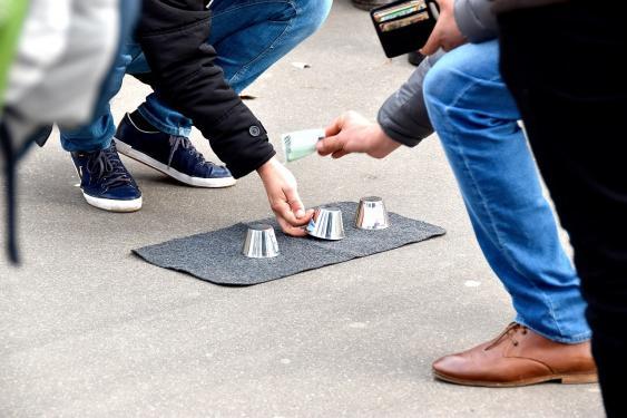 Hütchenspiel in Paris