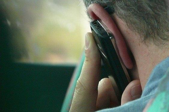 Mann mit Smartphone am Ohr