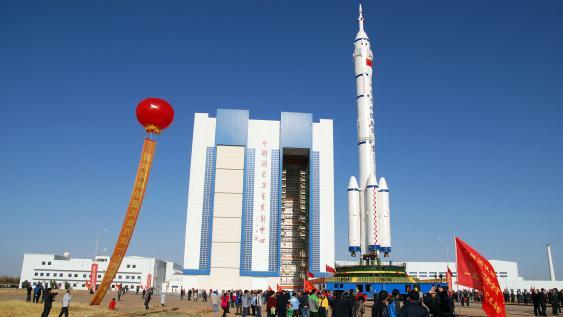 Trägerrakete mit Raumschiff Shenzhou-8
